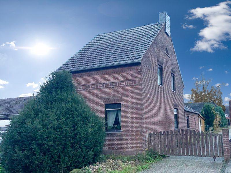 Freistehendes Wohnhaus auf großem Grundstück mit Renovierungsbedarf und seitlicher Zufahrt., 41751 Viersen, Einfamilienhaus
